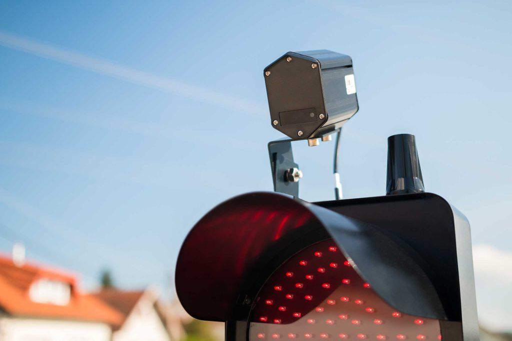 Pokretni semafor s radio komunikacijom i detekcijom vozila