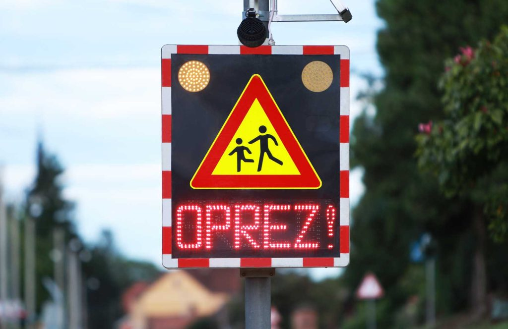 Oprez Škola Vrtić Djeca led prometni znak s ugrađenim doppler radarom