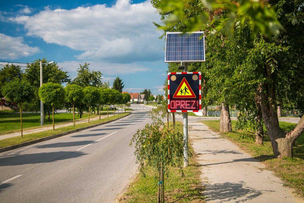 Oprez vrtić svjetleća upozoravajuća prometna signalizacija