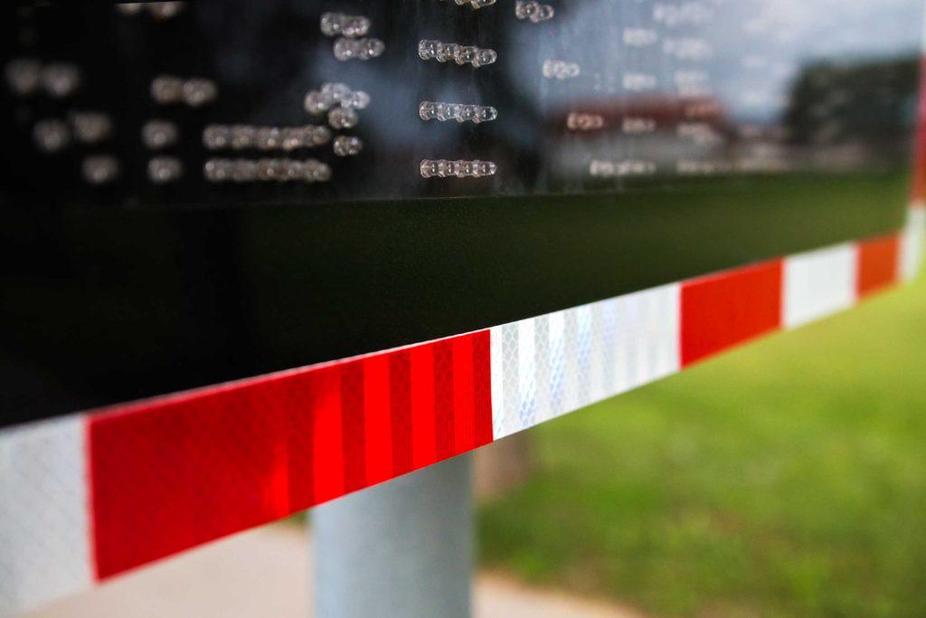 Reflektirajuće naljepnice na svjetlosnom prometnom znaku